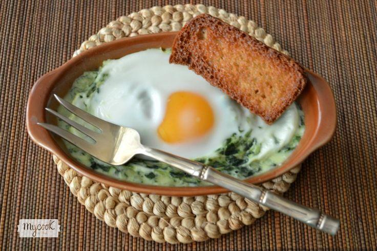 Espinacas a la crema con huevos - http://www.mycookrecetas.com/espinacas-a-la-crema-con-huevos/