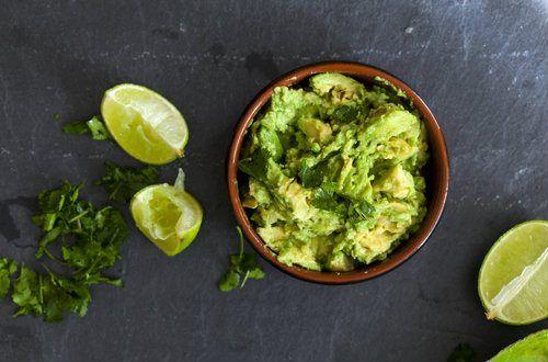 ワカモレはメキシコ料理のデップの一つで、アメリカでは一般的。前菜としてトルティアチップスにつけて食べたり、タコスの具材、バケットやサラダにのせてetc...作っておけば、なにかと応用のきく便利なディップです。コリアンダーでデトックス効果も。#レシピ#料理#健康#オーガニック#ビーガン