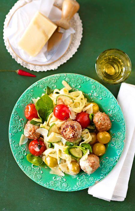 Bandnudeln mit Gemüse, Hackbällchen, Pesto und Parmesan - so lieben wir Pasta besonders!
