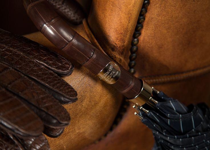 Die richtigen Accessoires für jeden #Gentleman: #Lederhandschuhe nach #Maß und #Schirm mit passendem #Ledergriff. Vickermann & Stoya, Baden-Baden. Herbst/Winter Accessoires für Herren, #Herrenmode, #Weihnachten