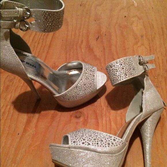 Never worn Top Moda sparkling heel Top Moda silver sparkle heel . Size 5 never worn // no box Top moda Shoes Heels