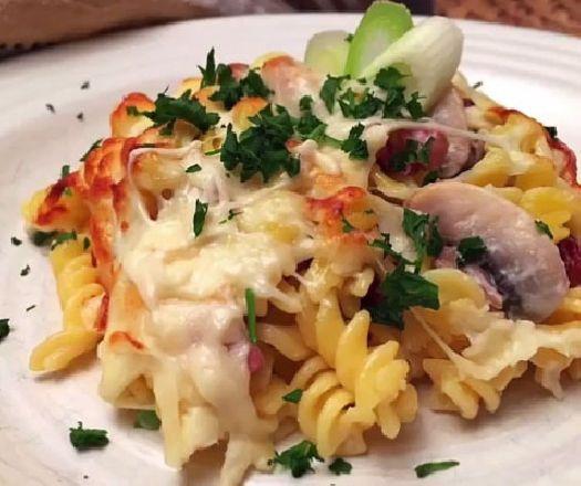 Egy finom Sonkás-gombás rakott tészta - 25 perc alatt! ebédre vagy vacsorára? Sonkás-gombás rakott tészta - 25 perc alatt! Receptek a Mindmegette.hu Recept gyűjteményében!