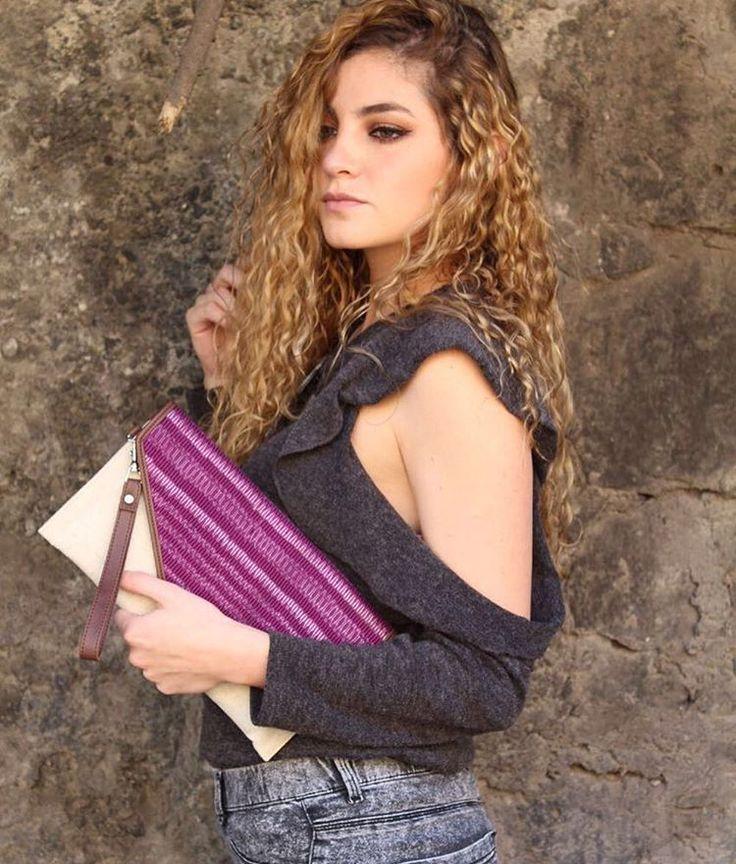 Val Sicilia de Beauty Brunch Blog usando bolsa tipo clutch hecha de rebozo de Vayu