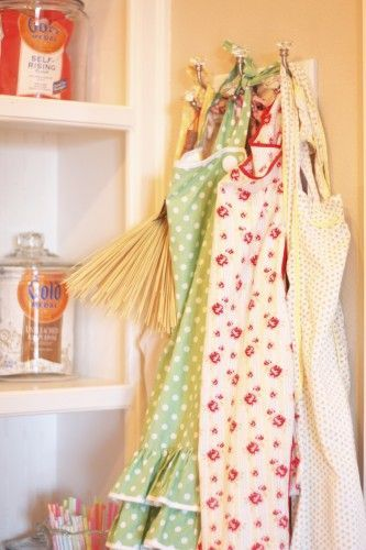 Aprons: Aprons Vintage, Idea, Vintage Apron, Aprons Ready, Cooking, Aprons In The Kitchen, Aprons Remind, Hanging Aprons, Country