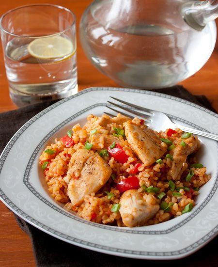 С булгуром - пропаренной пшеничной крупой средиземноморского происхождения - мы с вами уже сталкивались в рецепте одного салата  И если вы еще не успели опробовать булгур тогда, сделайте это сейчас - крупа действительно вкусная, да и готовиться просто и быстро.Сегодняшнее блюдо готовиться в одном сотейнике, поэтому посуды после готовки мыть придется немного. Тут вам [...]