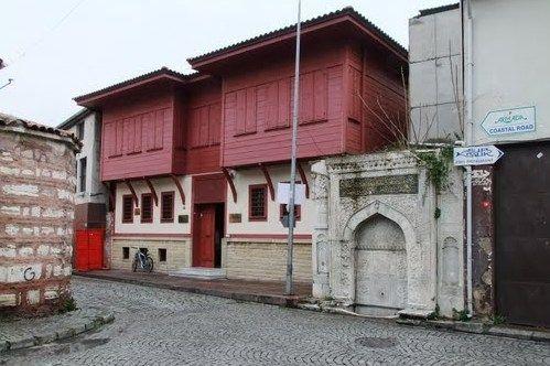 SULTANAHMET ISMAIL DEDE EFENDI KÖSKÜ Hamamizade İsmail Dede Efendi Köşkü;  İstanbul Suriçi Fatih Cankurtaran Akbıyık sokakta inşa edilmiştir. Kitabesi olmadığı için mimarı ve kesin inşa tarihi belli değildir. Sirkeci Bakırköy Sahil yolundan Cankurtaran Çatladıkapı Sur Kapısı'nıda geçince ulaşılabilmektedir. Bu köşkün yanında Sultan I. Mahmut Sadrazamlarından Hekimoğlu Ali Paşa'nın kendi annesi adına yaptırdığı kitabeli bir çeşme bulunur. 1778 yılında İstanbul'da doğan İsmail Dede Efendi