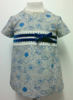 Vestido para bebe niña en paño gris bordado con flores azules acompañado con encaje de bolillos beige y terciopelo. Forrado. Ropa de bebe de MiBebesito totalmente personalizable. Ideal para regalos, nacimientos, cumpleaños...
