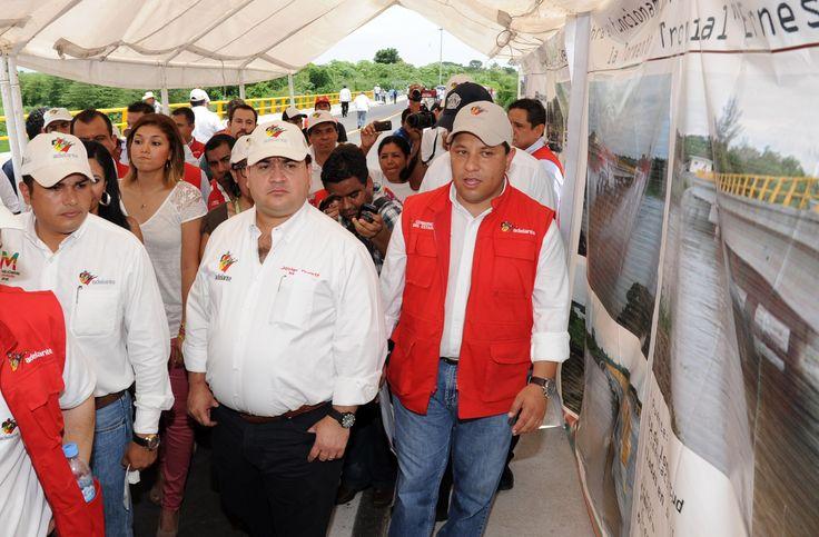 El gobernador Javier Duarte de Ochoa, acompañado por el secretario de Comunicaciones, Raúl Zarrabal Ferat, entre otras autoridades y lugareños, recorrieron la obra este domingo.