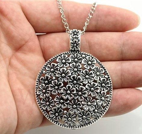 Lindo colar longo, estilo em prata envelhecida, com pingente redondo com detalhes em flores. Tamanho : 70 cm de comprimento