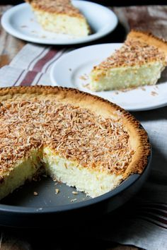 Torta cremosa de coco ralado   Crosta da torta (massa) - Farinha de trigo: 1 e 1/4 copo - Sal: 1/2 colher de chá - Açúcar: 1/2 colher de chá - Manteiga: 100 gr - Água gelada: 2 a 4 colheres de sopa Recheio de coco ralado - Leite: 600 ml - Açúcar: 1 copo - Sal: 1/4 colher de chá - Amido de milho (maisena): 1/3 copo - Gema de ovo: 4 unidades - Coco ralado: 1 pacote(s) - Flocos de Coco Queimado e Adoçado: 1 pacote(s)