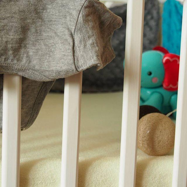 Uwielbiam te wszystkie małe ubranka, chociaż już wcale takie małe nie są,  bo Młodszy już wchodzi w rozmiar 74 😂 #kidstagram #myson #jestembojestes #moje #picoftheday #baby #instababy #mybaby #mlodszy  #kidsbed #babybed #fisherprice #slonik #zabawka #forbaby #fotooftheday #love #cottonballs