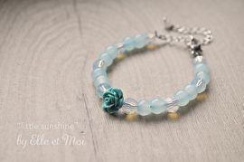 kinderarmbandjes 'little sunshine' | armbandjes | Elle et Moi  kindarmbandje in zachte blauwe tinten met glaskralen en een roosje. Ideaal voor communie, lentefeest of voor een bruidsmeisje.