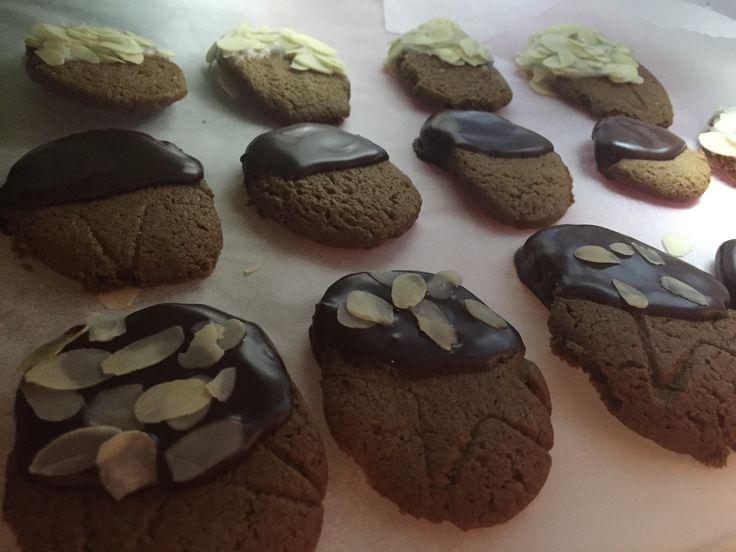 Biscuiți cu ghimbir, scorțișoară, nucșoară și un praf de piper alb • glazurați cu ciocolată neagră sau zahăr și fulgi de migdale