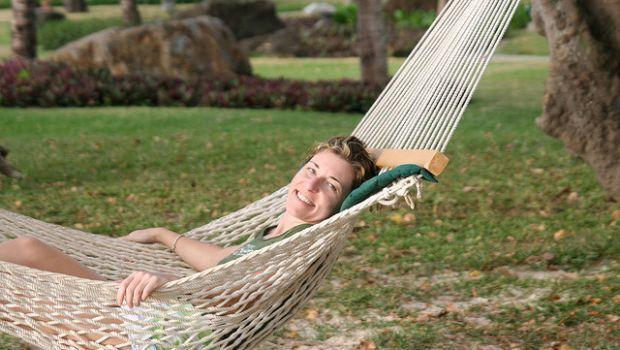 Come costruire un'amaca in stoffa o corda per il relax all'aperto