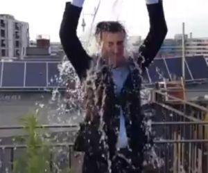 Der Grünen-Politiker Cem Özdemir dreht die Ice-Bucket-Challenge neben einer Hanfpflanze.