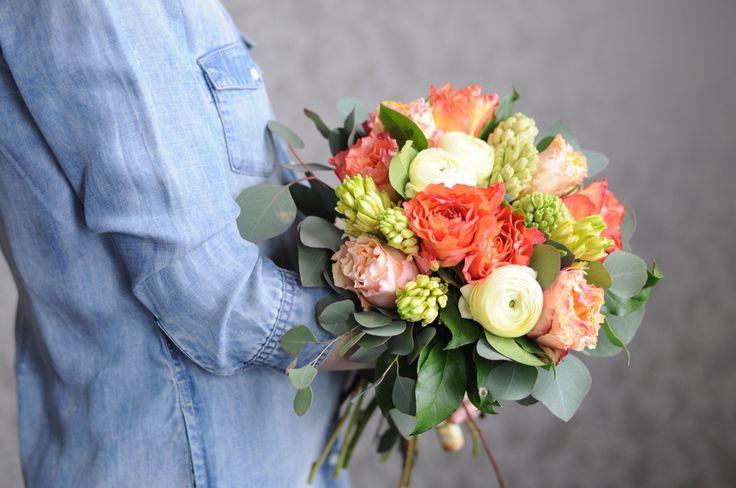 Весенний букет с розами, ранункулюсами и геоцинтами / Spring bouquet with roses ranunculus and hyacinth.
