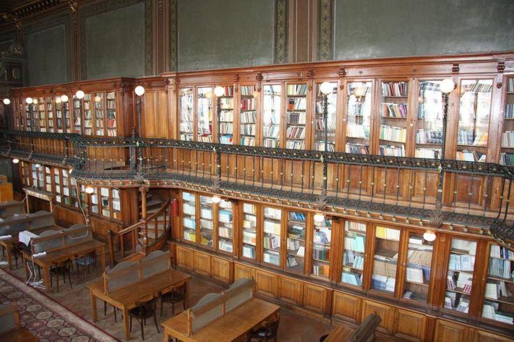 Colecţia de volume a bibliotecii.