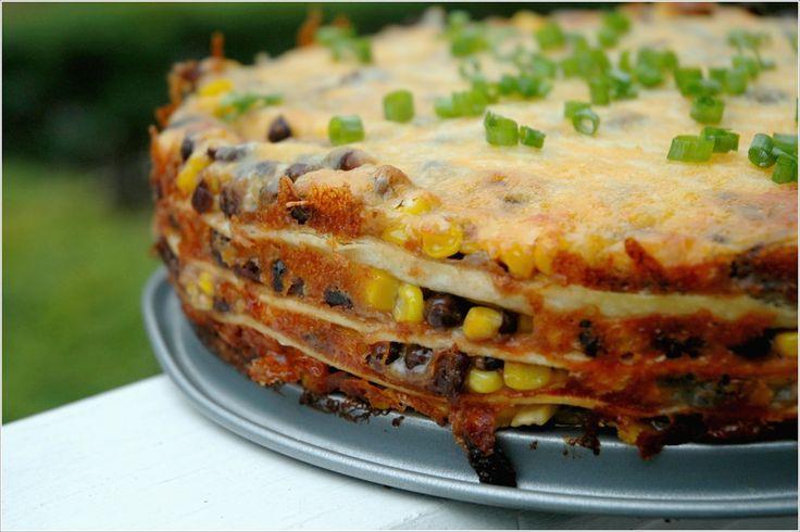 Fan van tortilla's? Maak er veel tegelijkertijd in een tortillataart! Dit heb je nodig 4 grote tortilla's 1 ui 1-2 teentjes knoflook 500 gram gehakt 2 paprika's (rood en groen) 4 tomaten 150 gram maïs paprikapoeder zout en peper zure room geraspte kaas Aan de slag Bak het gehakt Fruit eerst de ui en knoflook … Continued