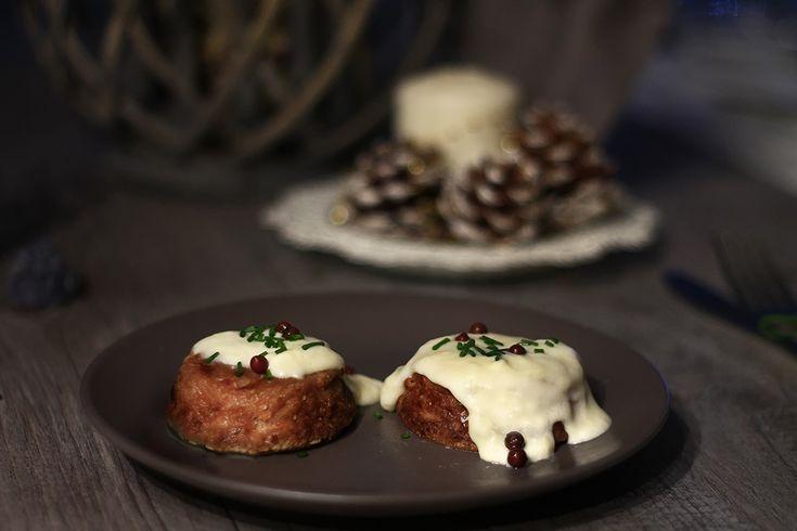 Flan di cavolfiore viola con salsa di besciamella al pecorino, un delizioso tortino delicato e saporito da servire come antipasto o secondo piatto..