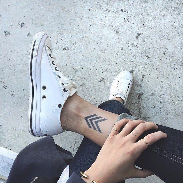 die 25 besten ideen zu pfeil tattoos auf pinterest pfeildesign pfeil tattoo designs und. Black Bedroom Furniture Sets. Home Design Ideas