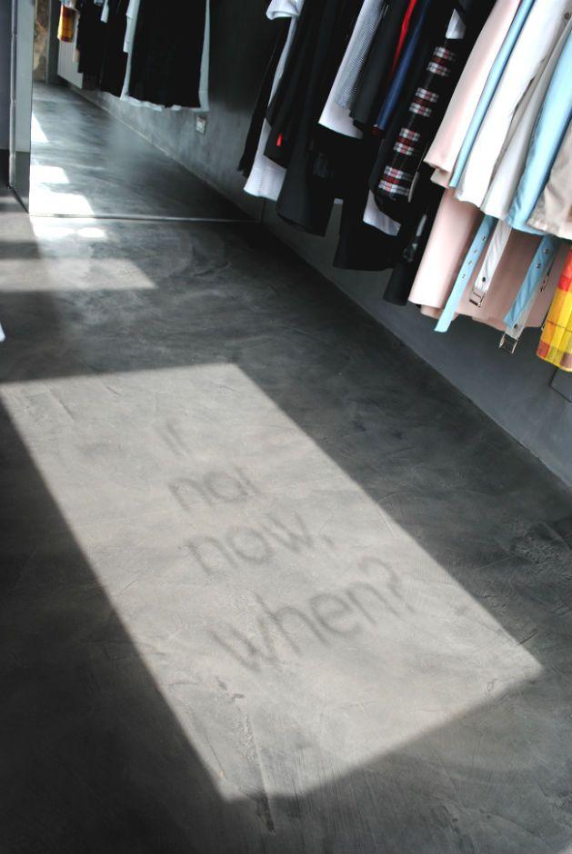 if not now, when? Giochi di luce sul pavimento in resina spatolata.