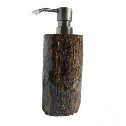 Haal de natuurlijke sfeer terug in keuken en/of badkamer. Met deze zeepdispenser vermomd als boomstam wil je graag je handen even wassen. Deze leuke en handige zeeppomp is geschikt voor zeep en afwasmiddel.  Afmeting: 8 x 7 x 20 cm