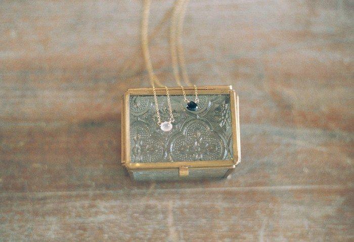 小さな天然石を一粒あしらったシンプルなネックレス。 一つだけで着けても良いし、重ね漬けしても良さそう。