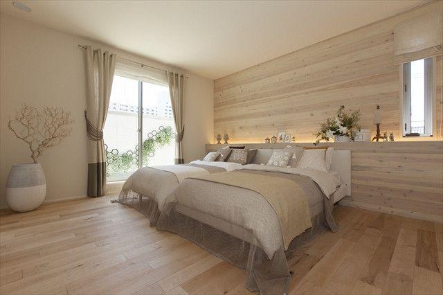 プライベートバルコニーとつながる開放的なベットルーム。 他のお部屋とは少し雰囲気を変えているところも見どころです。