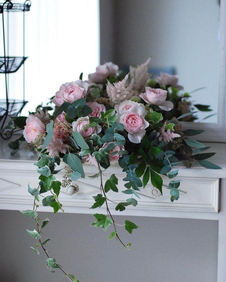 La composition de fleur pour la table de mariage❤︎ . . ウエディングパーティーのメインテーブルに飾るフラワーアレンジメントのリクエストレッスン。 実際はこれにベビーピンクのダリアが入ってすごーく華やかな仕上がりでした♪ . こういうブライダル系のアレンジメントを作る機会が減ったけれど腕は落ちていないみたいww ご希望の方、お教えします。 . . #fleur #fleuriste #flowers #floweroftheday #flowerstagram #flowerlovers #flowerlesson #floretta #wedding #weddingflowers #ウエディング #ウエディングフラワー #ウエディングブーケ