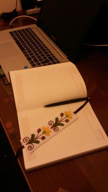 Señalador de página bordado a mano