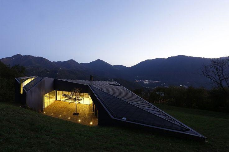 Alps Villa, progettata da CBA - Camillo Botticini Architetto: con un tetto e una facciata in rame ossidato, ha una pianta a forma di C irregolare e si fonde con il paesaggio montano presso Lumezzane (BS). #CopperAwards2015