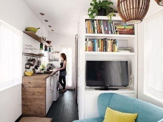 V mikrobyte sa zídu šikovné nápady, ako si zorganizovať nielen bývanie, ale aj myslenie. Úspornosť priestoru totiž vyžaduje určitú mentálnu disciplinovanosť, aby sa byt nezaplnil vecami a riešeniami, ktoré ho ešte viac zmenšia.