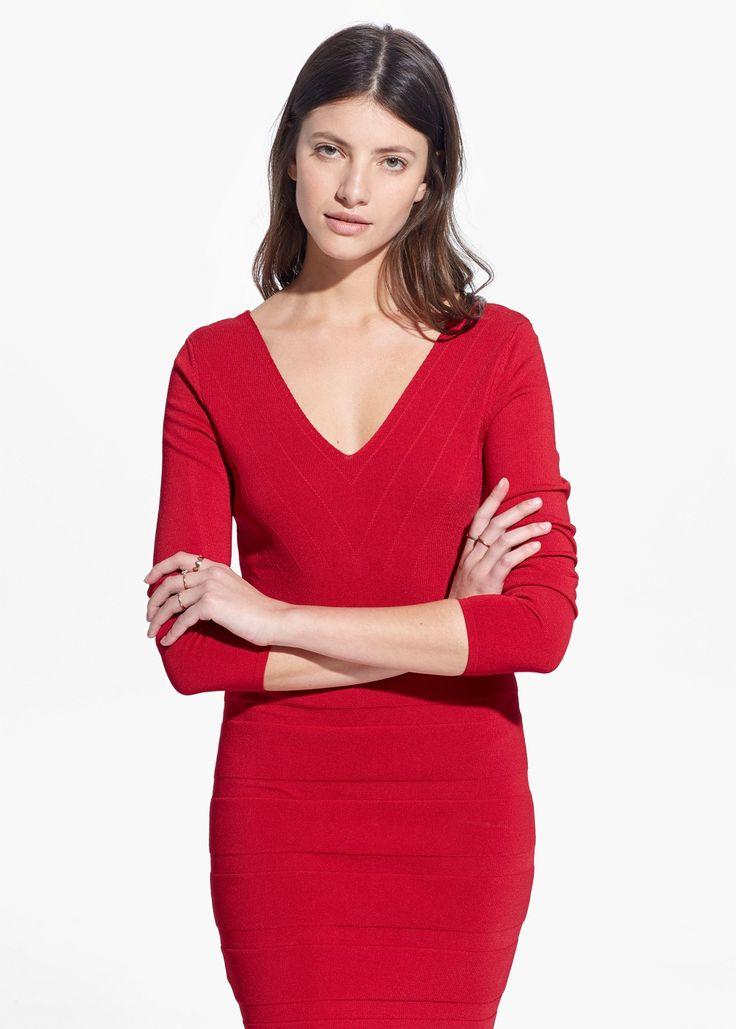 Vestito texture rigata, scollato davanti e dietro per valorizzare il seno ed allargare le spalle.  Red shaping dress with deep V neck, on the back as well to flatter bust and widen shoulders.