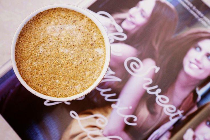 Zielone koktajle: kawa + mleko roślinne + dynia + syrop + cynamon + goździki + gałka muszkatołowa