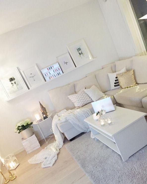 Na ścianie nad sofą znalazła się wąska biała półeczka, na której stoją drobne grafiki. Ciekawa i idealnie komponująca...