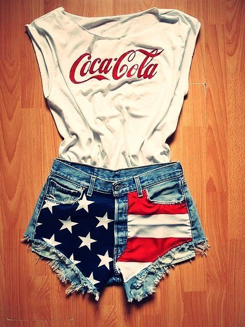 Cute fourth of July outfit!! I wish the shorts were a bit longer though:/