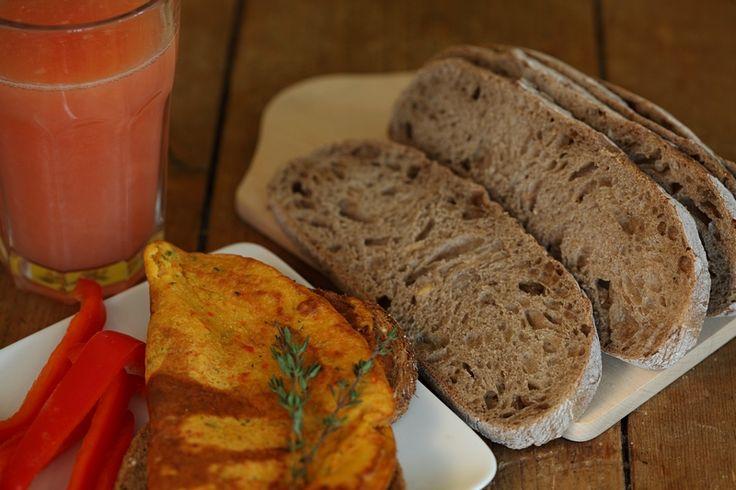 Een gezond veganistisch alternatief voor ei-omelet waar je veel mee kunt variëren. Deze omelet is zeer eiwitrijk en bevat extra voedingsstoffen door de toevoeging van groenten en (verse) kruiden.