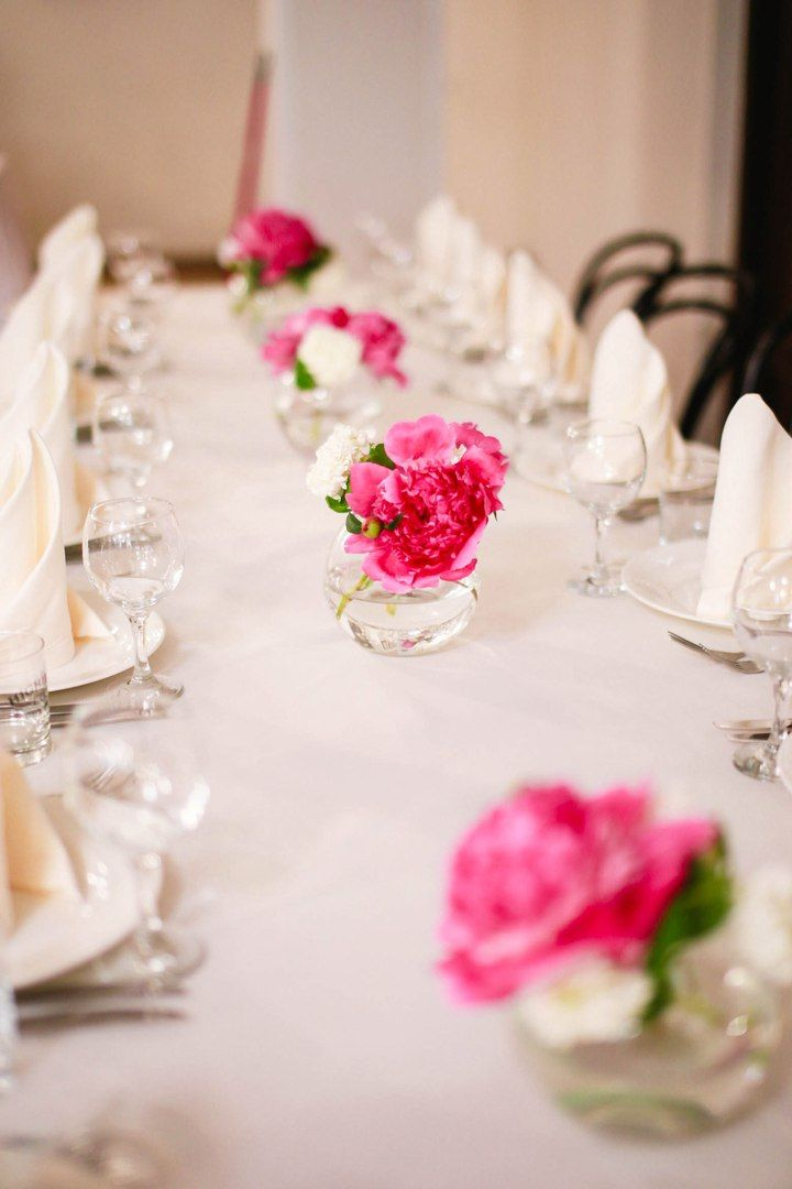 Small vases with peonies on guests' tables. Low compositions on guest tables. Decoration of tables with fresh flowers. Маленькие вазы с пионами на столах гостей. Низкие композиции на гостевые столы. Оформление столов живыми цветами.