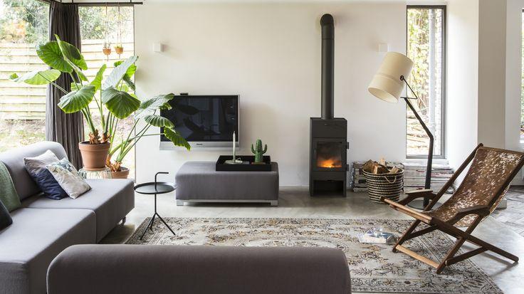 Living, houtkachel, zwart, kelim, beton vloer | Diana van den Boomen