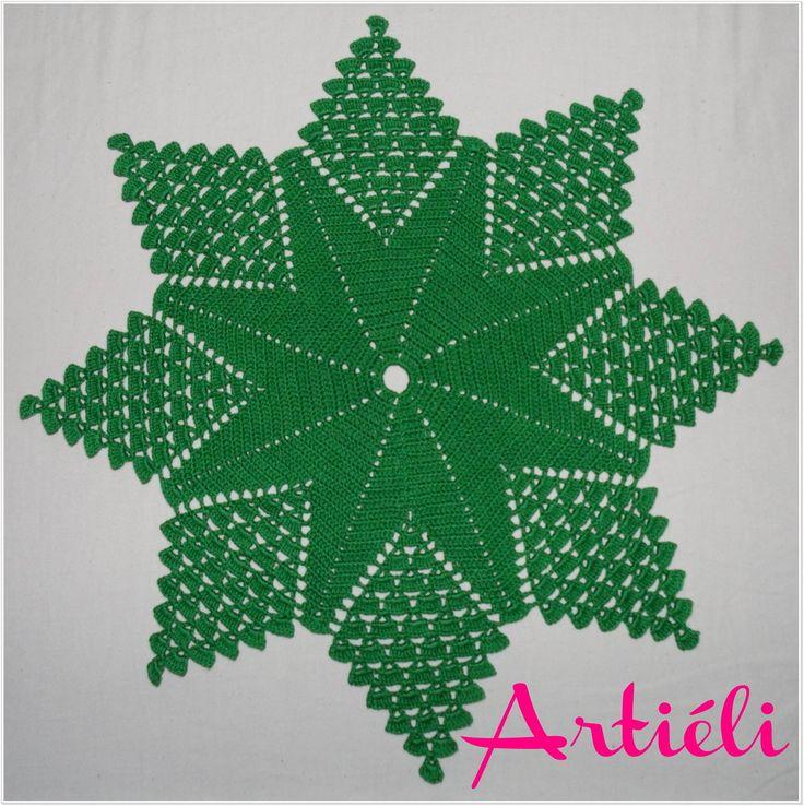 Toalha de mesa feita em crochê. Confeccionada com linha de ótima qualidade e na cor verde. Pode ser feita na cor desejada, porém peço 6 dias de produção.