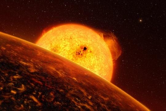 """CoRot-7b con il suo sole. """"..Mentre Terra e Sole sono separati da circa 150 milioni di chilometri, questi  due oggetti distano solo 2 milioni e mezzo di chilometri. Quanto basta a arroventare, secondo gli esperti, la superficie del pianeta CoRot-7b, su cui si potrebbero registrare temperature di 1.000/1.500 gradi centigradi."""""""