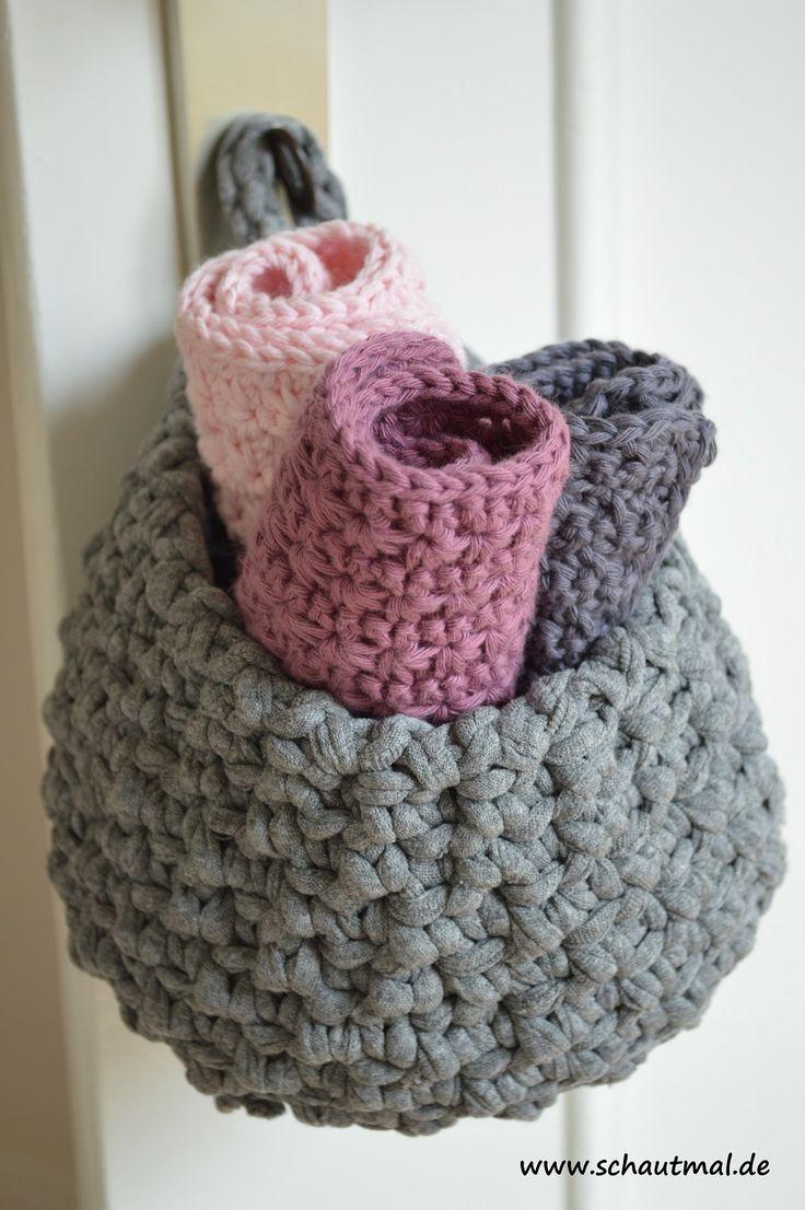 Gestern habe ich Euch gezeigt, wie Ihr 3 kleine Gästehandtücher häkeln könnt. Passend dazu nun heute ein kleiner Textilkorb zum Aufhängen im Badezimmer. Es würden locker noch drei weitere Handtüche…