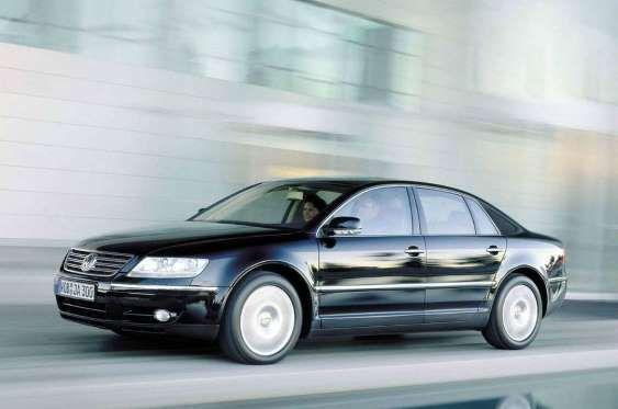 8 - VOLKSWAGEN PHAETON - Divulgação                                         O Phaeton era uma maravilha da engenharia, compartilhando muitos componentes com os Bentley Continental e com cacife suficiente para brigar de frente com Mercedes Classe S e BMW Série 7. O problema era o Phaeton ser um Volkswagen, o que não convenceu muita gente a pagar mais de 100 mil euros por um. Ele era mais caro até mesmo que um Audi A8, de mesmo porte, mas com mais prestígio.