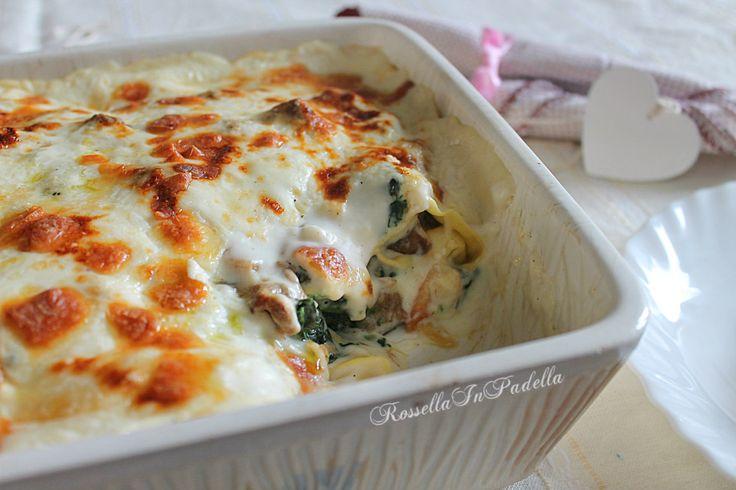 Lasagne gratinate con spinaci, funghi e salsiccia. Un primo piatto da mangiare in compagnia. Seppur semplice, risultano molto delicate e saporite.