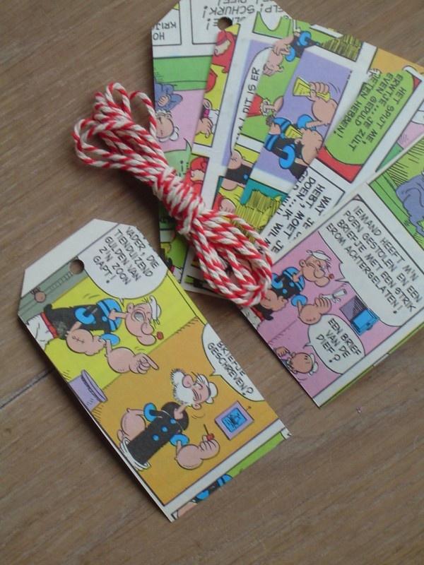 Gebruik de zelfklevende lampenkapfolie om leuke kadolabels te maken:  plak mooi kadopapier, stof, krantenpapier, boekpagina's, bladmuziek, strippagina's, landkaart, behang..... enz. op de zelfklevende kant van de folie. Knip in vorm van label en gebruik de witte kant voor een evt. boodschap of naam. Leuk lintje of touwtje eraan en klaar!