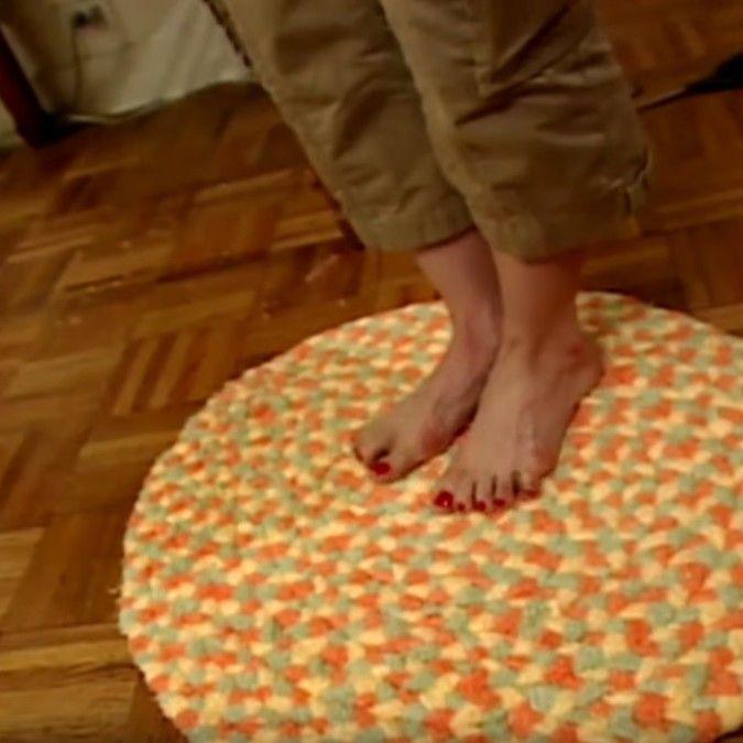 Jouw poezelige voetjes verdienen een zaligzachte badmat. Maak 'm gewoon zelf, van oude handdoeken! Dit heb je nodig: 3 oude handdoeken schaar naald en draad Vouw dehanddoek dubbel en knip ze in reepjes van gelijke breedte. Naai de uiteindes van 3 reepjes samen en begin te vlechten. Zijn de repen 'opgevlochten'? Naai dan gewoon de … Continued