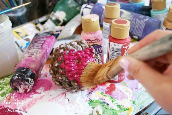 Met wat dennenappels en verf maak je de leukste herfst bloemen. Ze staan echt enig en leuk om te doen met de kinderen!