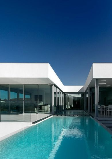 Villa Escarpa in Portugal by Mario Martins Architects (© Fernando Guerra) _