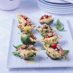 Scopri su Sale&Pepe come preparare un primo piatto tipicamente mediterraneo: i conchiglioni farciti con pomodori, tonno, capperi, olive e acciughe.