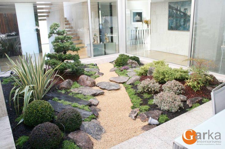 Diseño de interiores! Hoy os mostramos el resultado de una decoración interior con jardín!  Podemos decorar el interior de tu hogar con jardín en diferentes puntos: huecos de escaleras, para separar ambientes, para baños o, como en este caso, en el patio de luces!